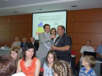 На фото: Приз за создание тематического контента для Википедии получает педагог из Багаевского района А. Шапоренко.